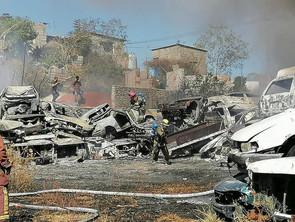 Protección Civil y Bomberos de Morelia abaten incendio en corralón 2 de Morelia