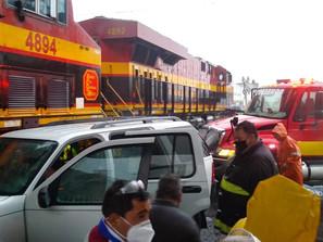Arrastra Tren vehículo particular sin víctimas que lamentar.