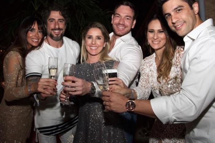 Suzana Gullo e Marcos Mion com amigos na Festa Five Stars
