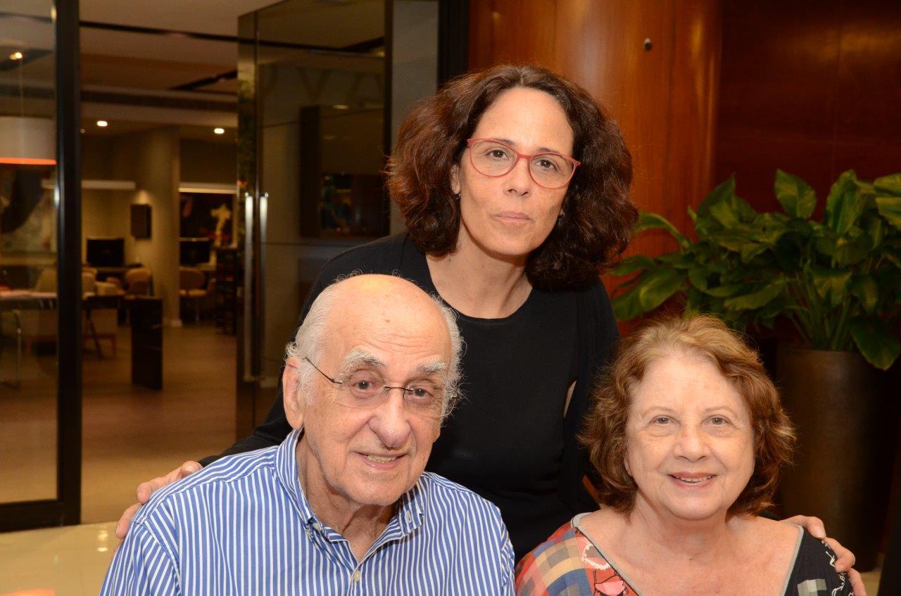 Elisa entre seus pais Zuenir e Mary Ventura 1