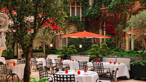 Plaza Athénée reabre seu charmoso restaurante La Cour Jardin para temporada de verão