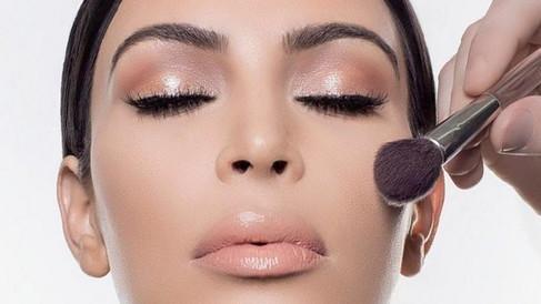 Linha de maquiagem de Kim Kardashian promete virar febre