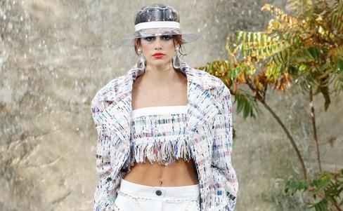 Chanel mistura plástico com tweed e continua agradando o mundo fashion