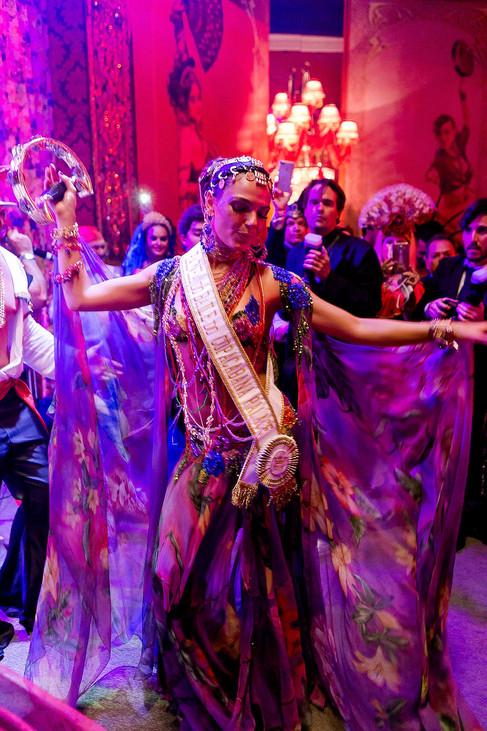 Baile de Carnaval do Copacabana Palace homenageia a cultura cigana e teve Isis Valverde como rainha