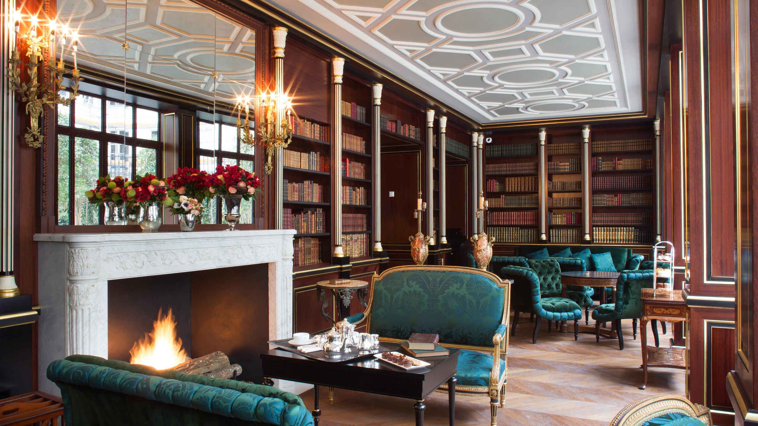 La-Reserve-Paris-Hotel-library