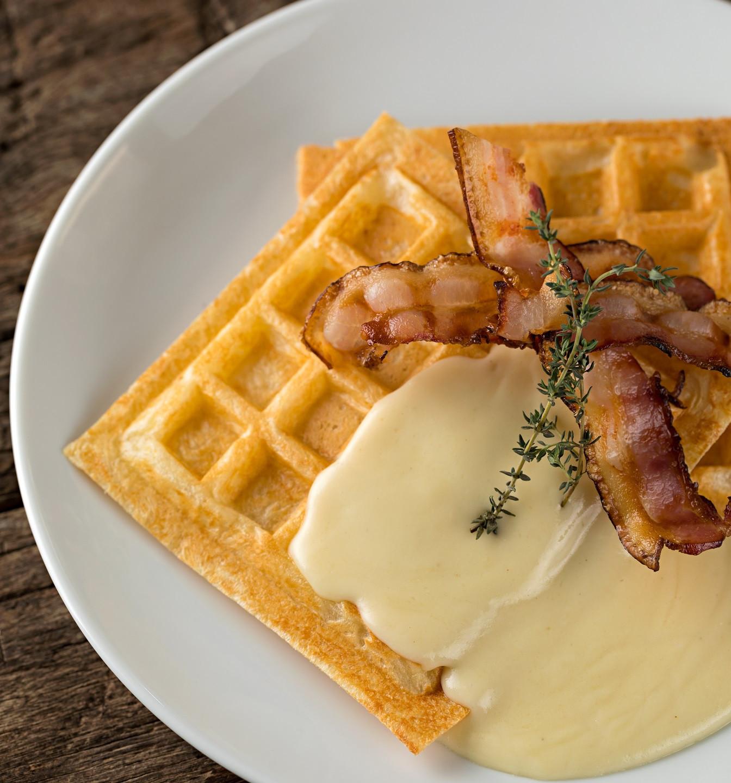 Waffle_de_pão_de_queijo,_creme_de_grana_