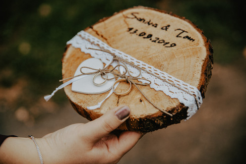 Hochzeit, Baumstamm mit Ringen