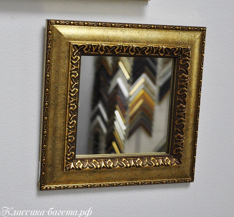 Зеркало в золотой раме.