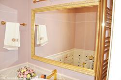 Зеркало в деревянной раме.