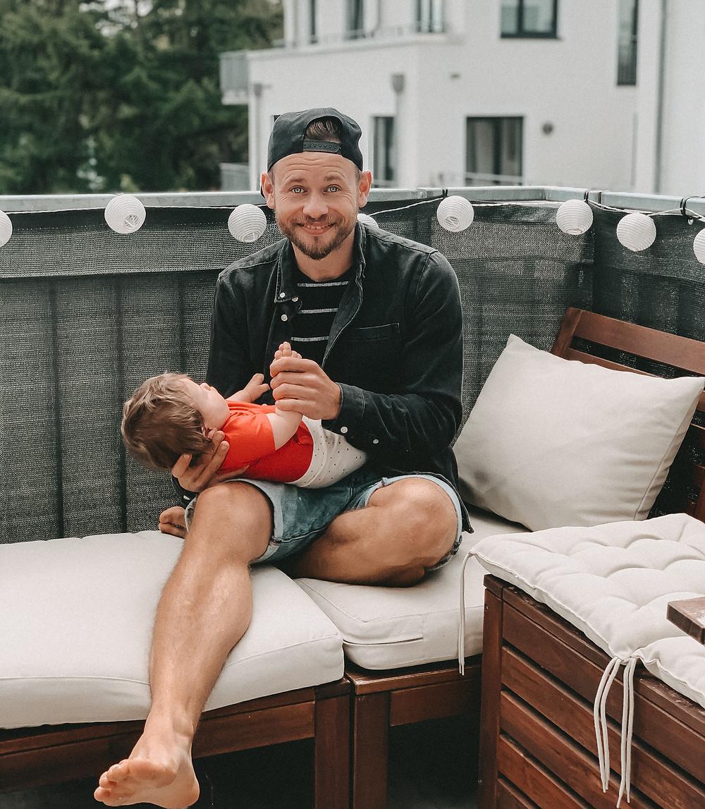 Glücklicher Vater mit Kind