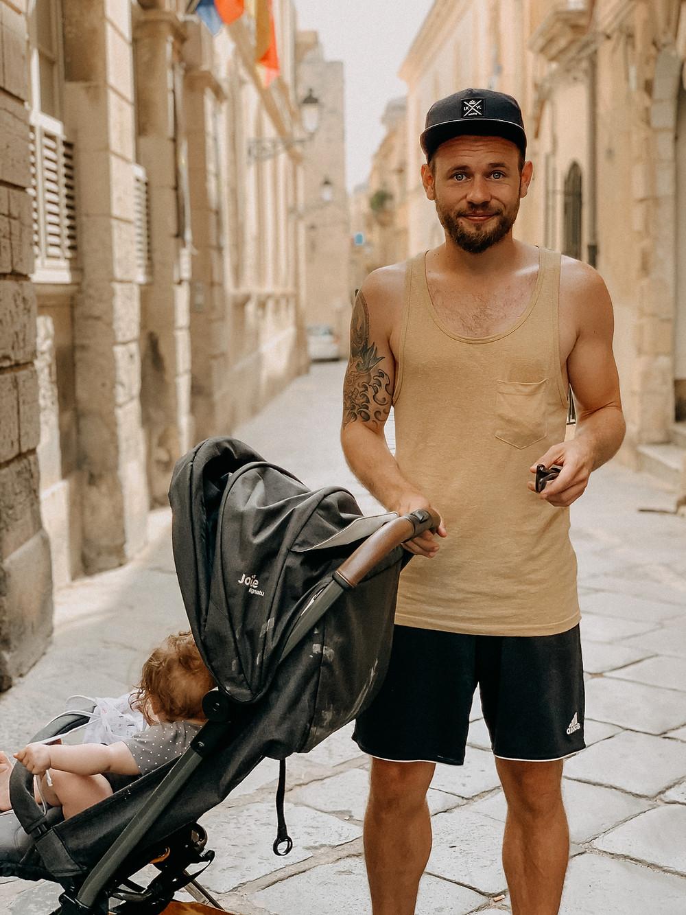 Papa mit Reisebuggy