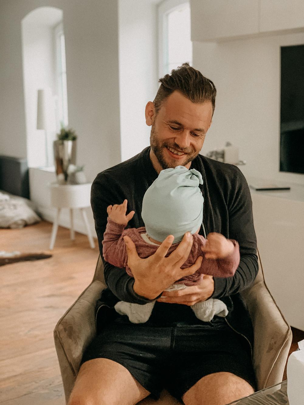 Der frischgebackene Vater mit Kind in den ersten Wochen