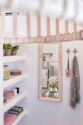 עיצוב בית פרטי עץ לבן ובטון