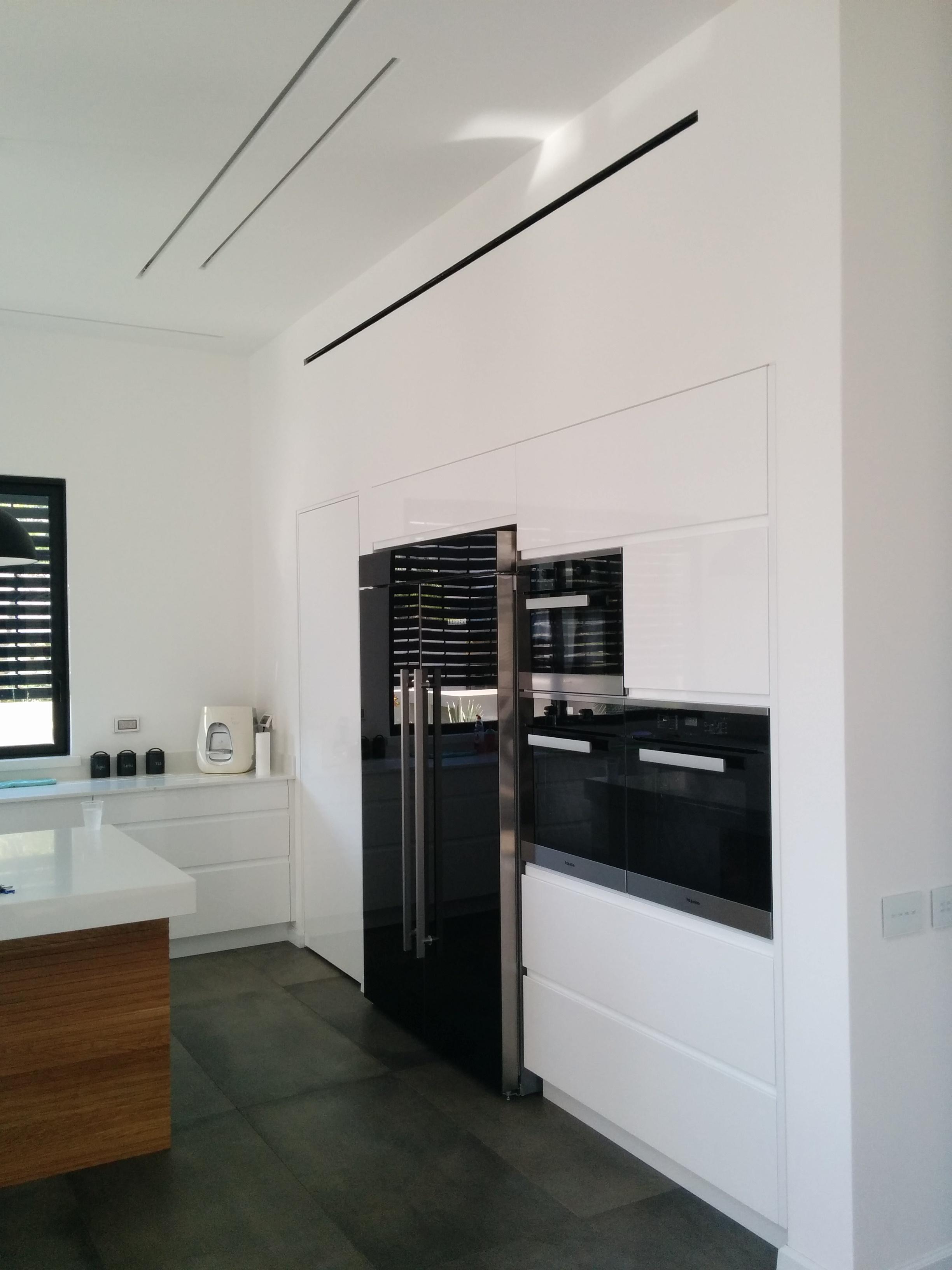 עיצוב מטבח מודרני לבן ושחור