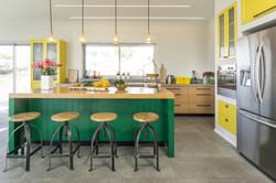 עיצוב אי גדול במטבח מנורות תלויות מעל