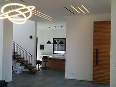 5 עיצוב בית פרטי עץ לבן ובטון.jpg