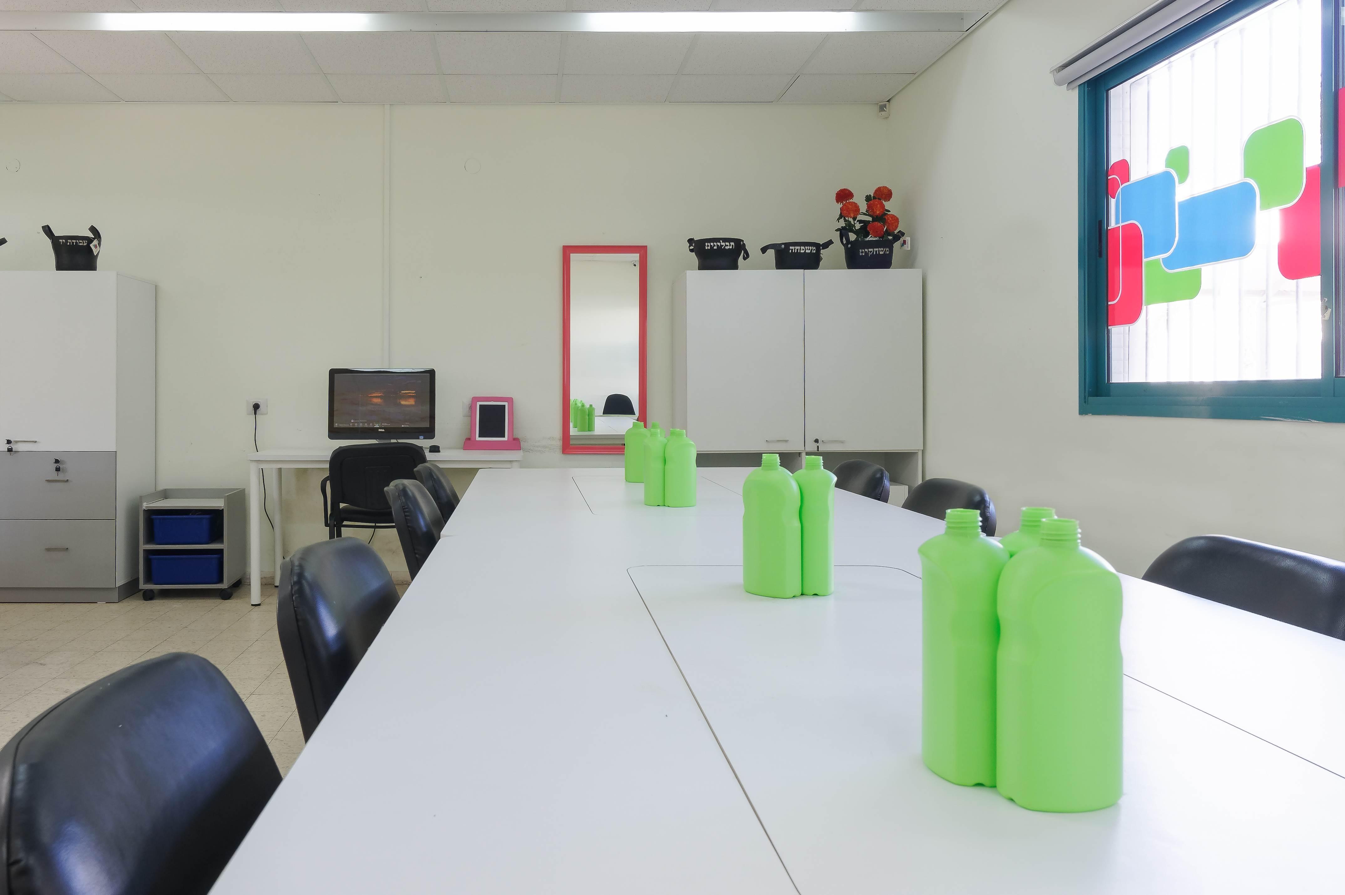 תכנון רהוט ושולחן עבודה בלבן