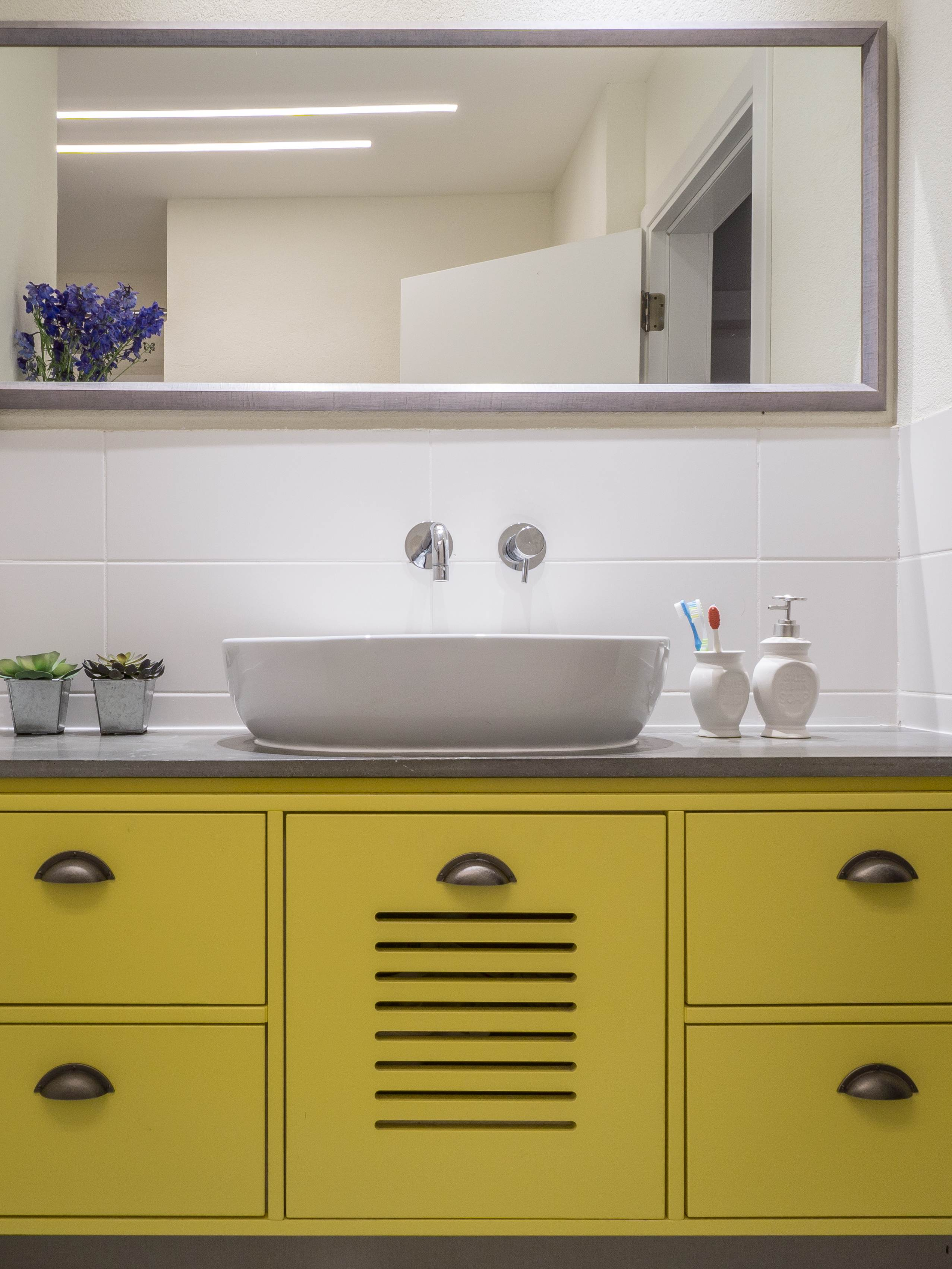 עיצוב ארון רחצה בצהוב