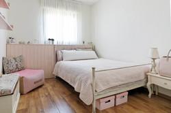 עיצוב מיטת ברזל בחדר נערה