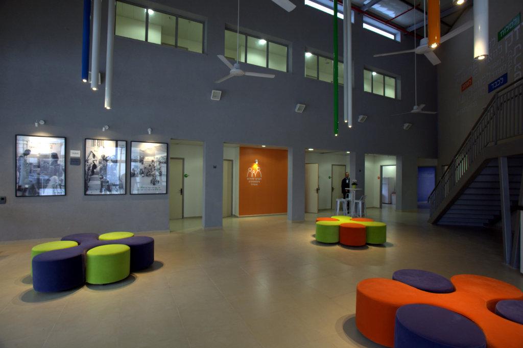 עיצוב לובי במרכז ציבורי
