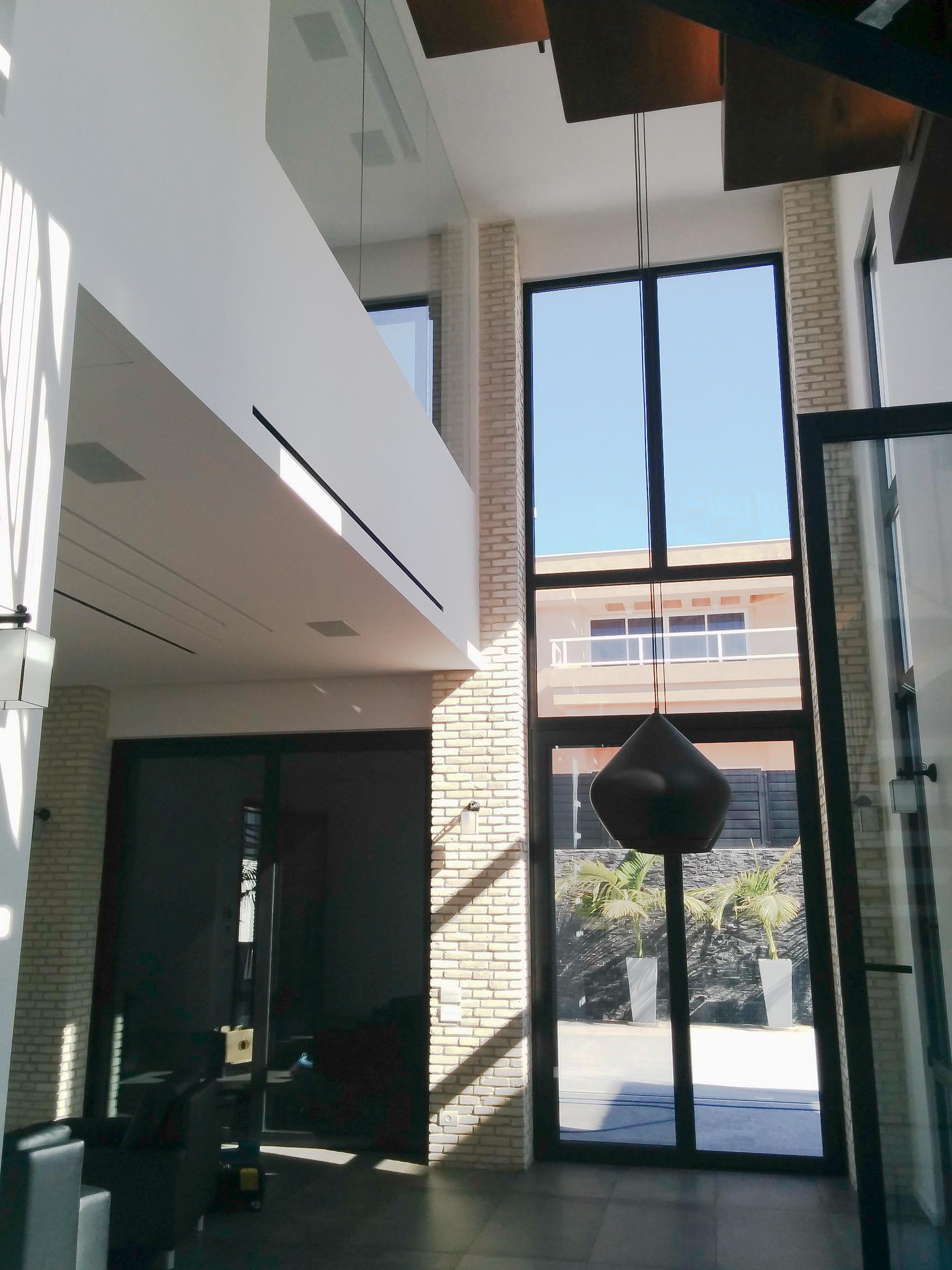עיצוב בית פרטי חלונות גבוהים