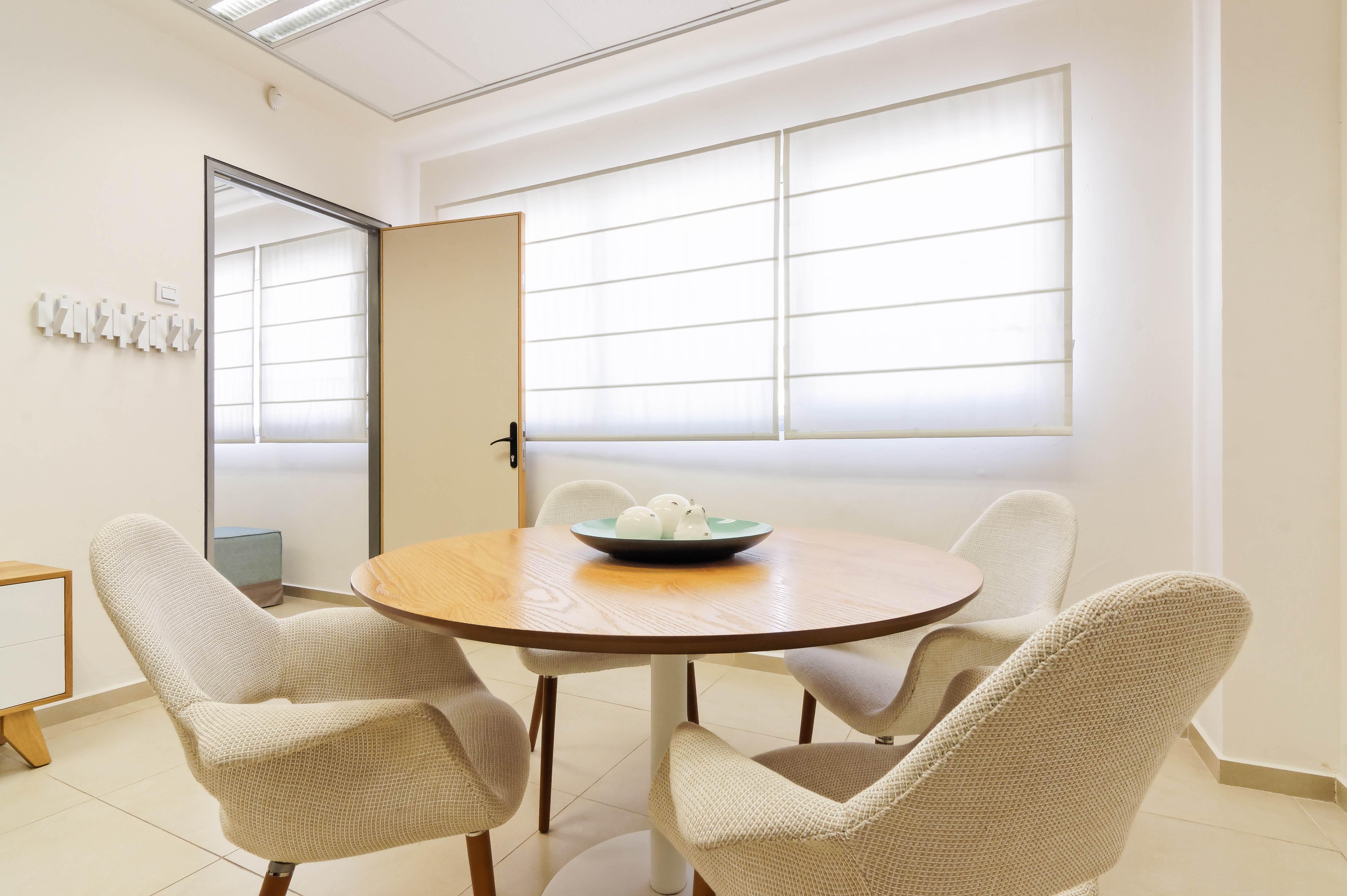 עיצוב משרדים שולחן ישיבות קטן