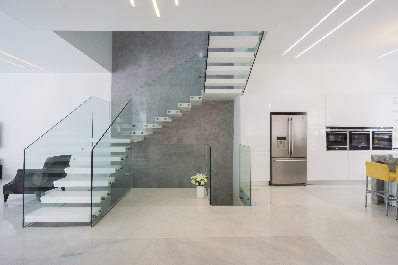 מדרגות קוריאן מרחפות על קיר בטון