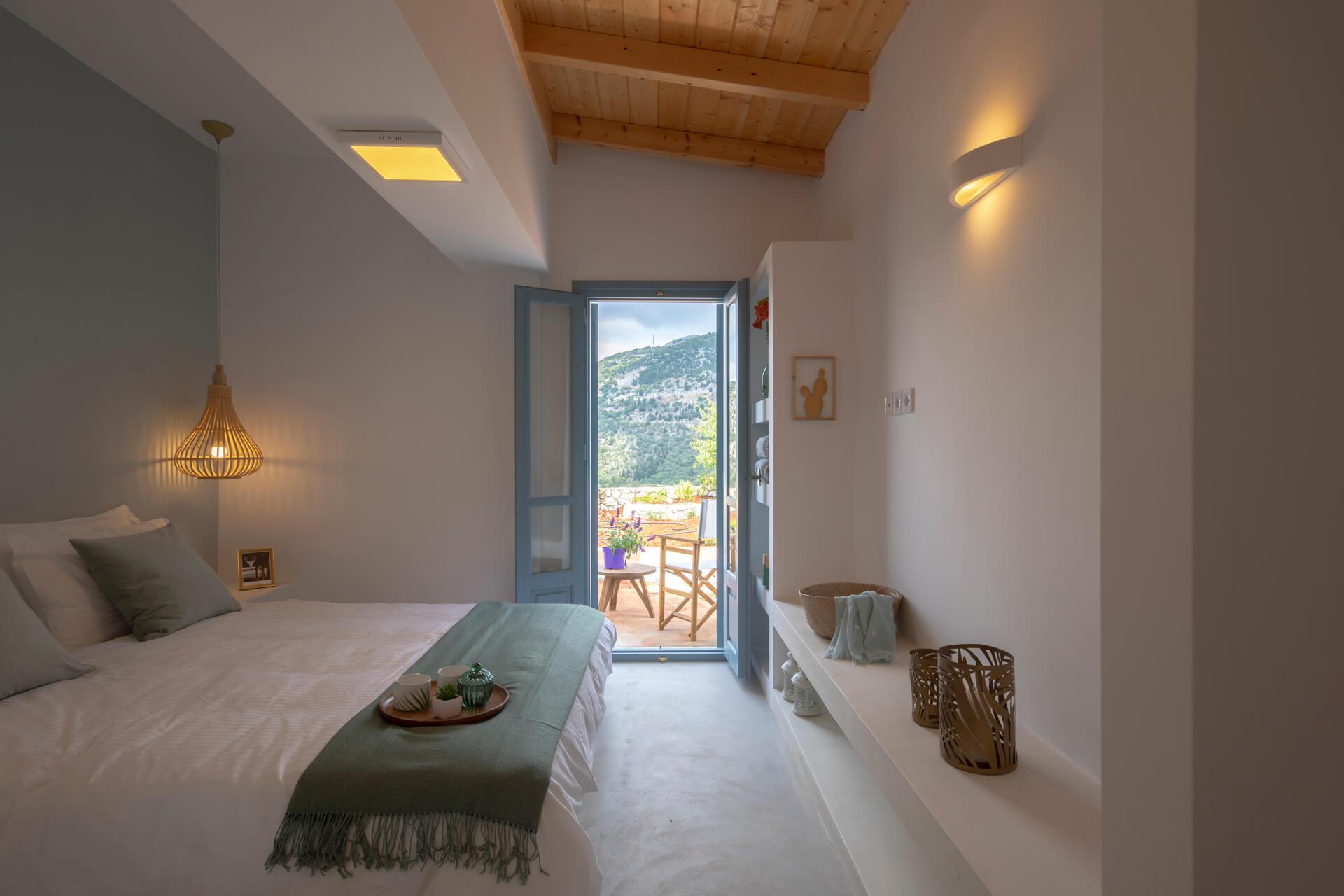 תקרת עץ בחדר שינה בית נופש יוון סיגל סיו