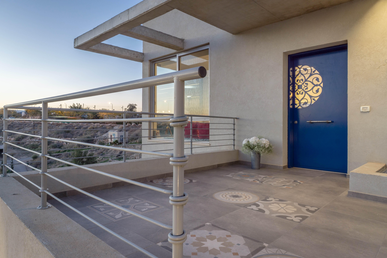 עיצוב דלת כניסה לבית פרטי ואריחים מאויירים