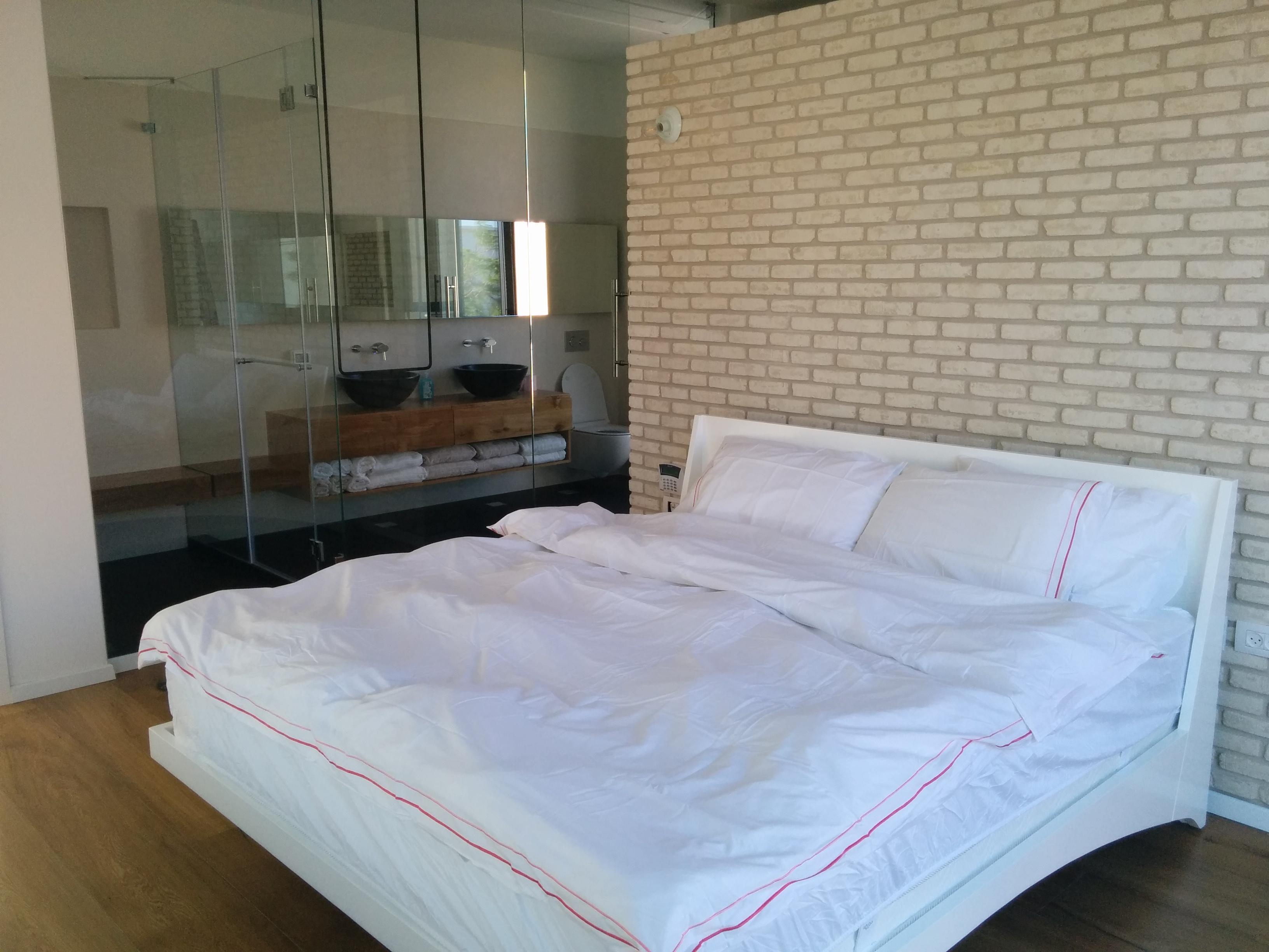 חדר שינה הורים קיר בריקים מפריד לאיזור הלבשה