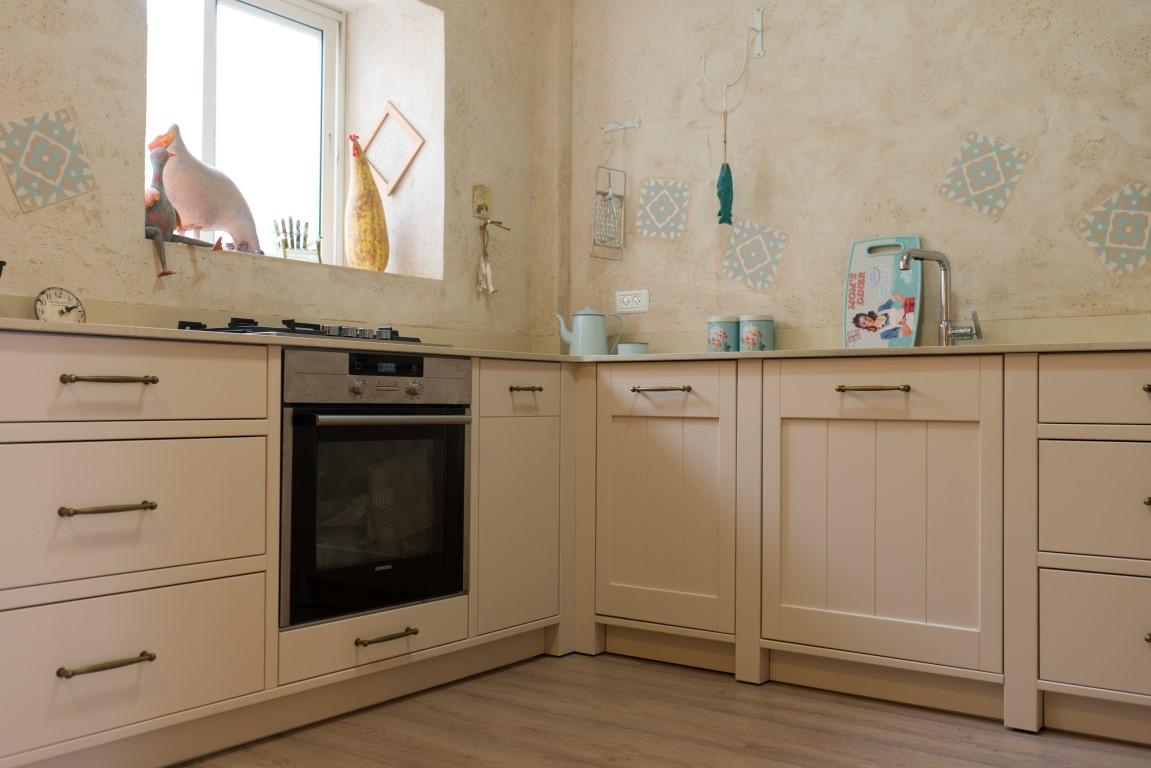 טיח ואריחים בקיר המטבח