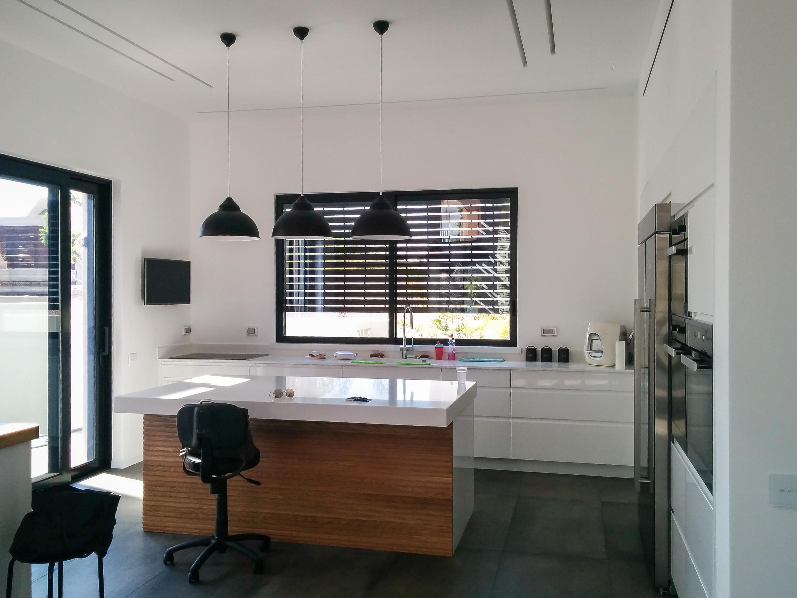 עיצוב מטבח לבן מבריק עץ ושחור