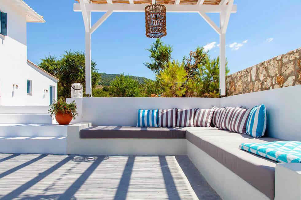 עיצוב-ספה-מרפסת-חוץ-וילה-ביוון