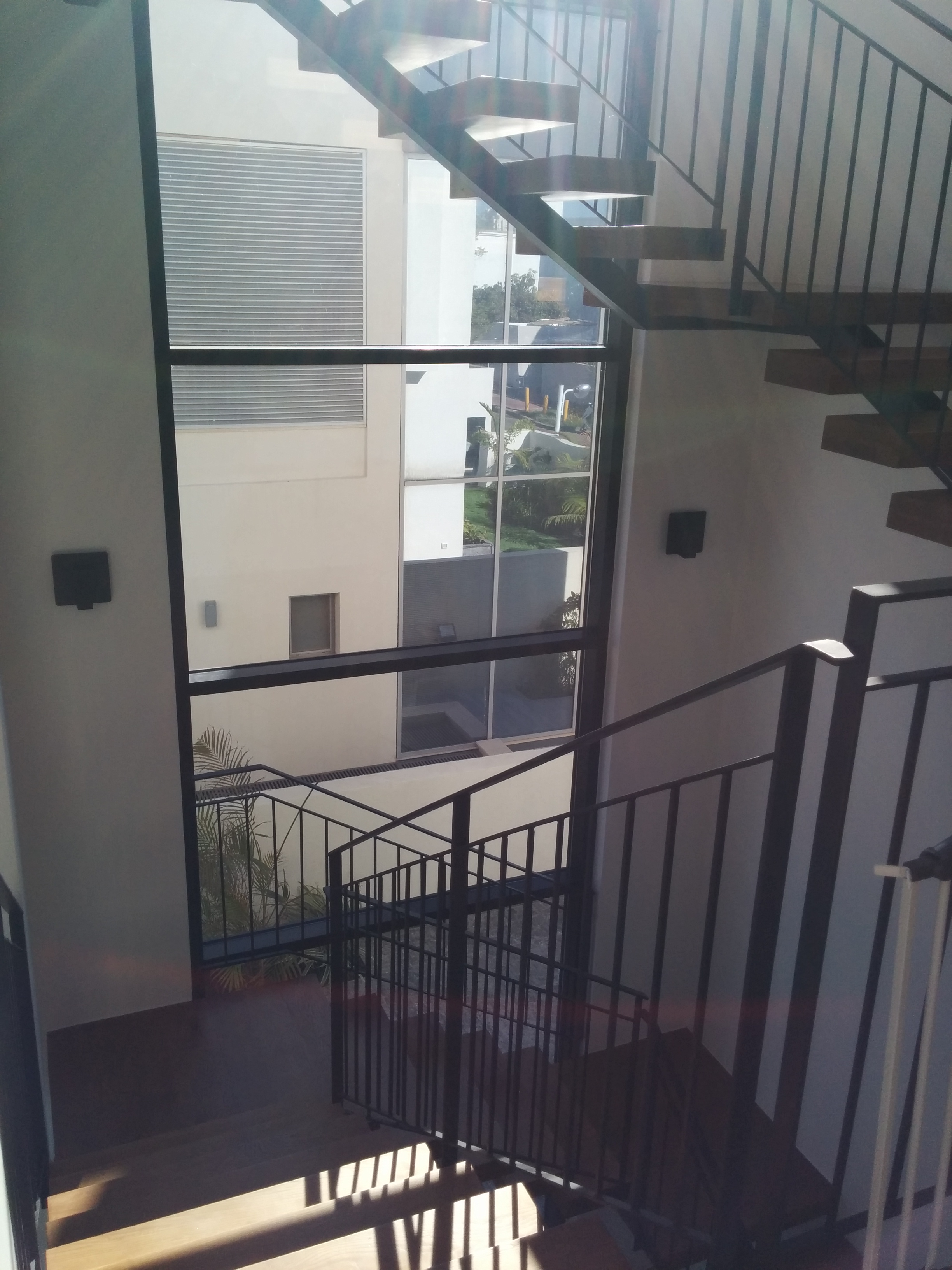 עיצוב מדרגות ברזל ועץ
