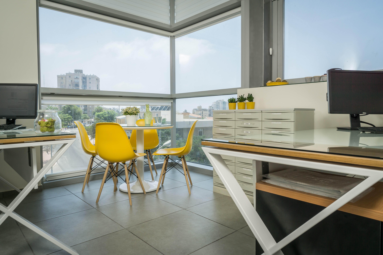 עיצוב משרד בצהוב ולבן סיגל סיוון ידוב