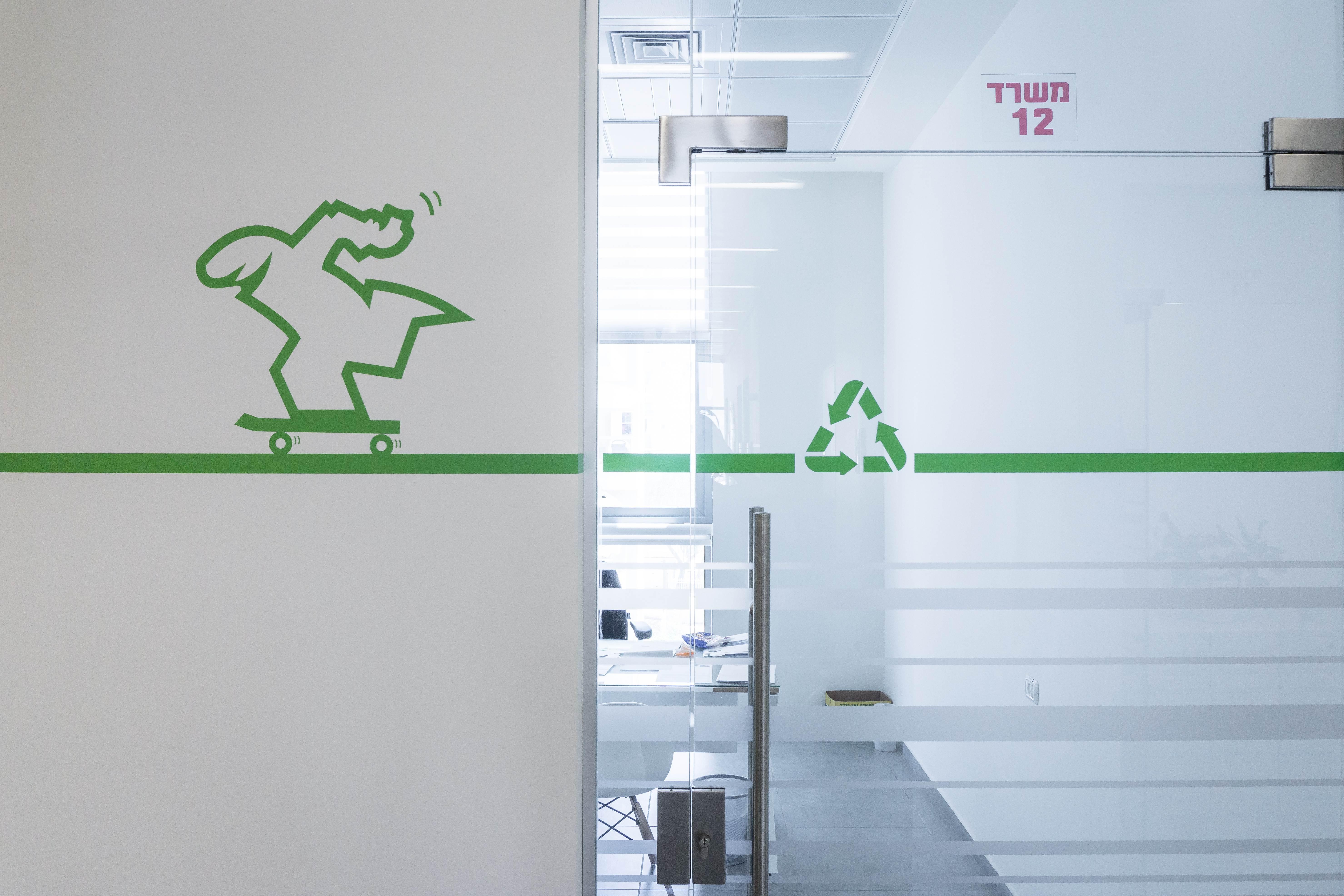 עיצוב גרפי דלת וקיר משרד-סיגל סיוון ידוב