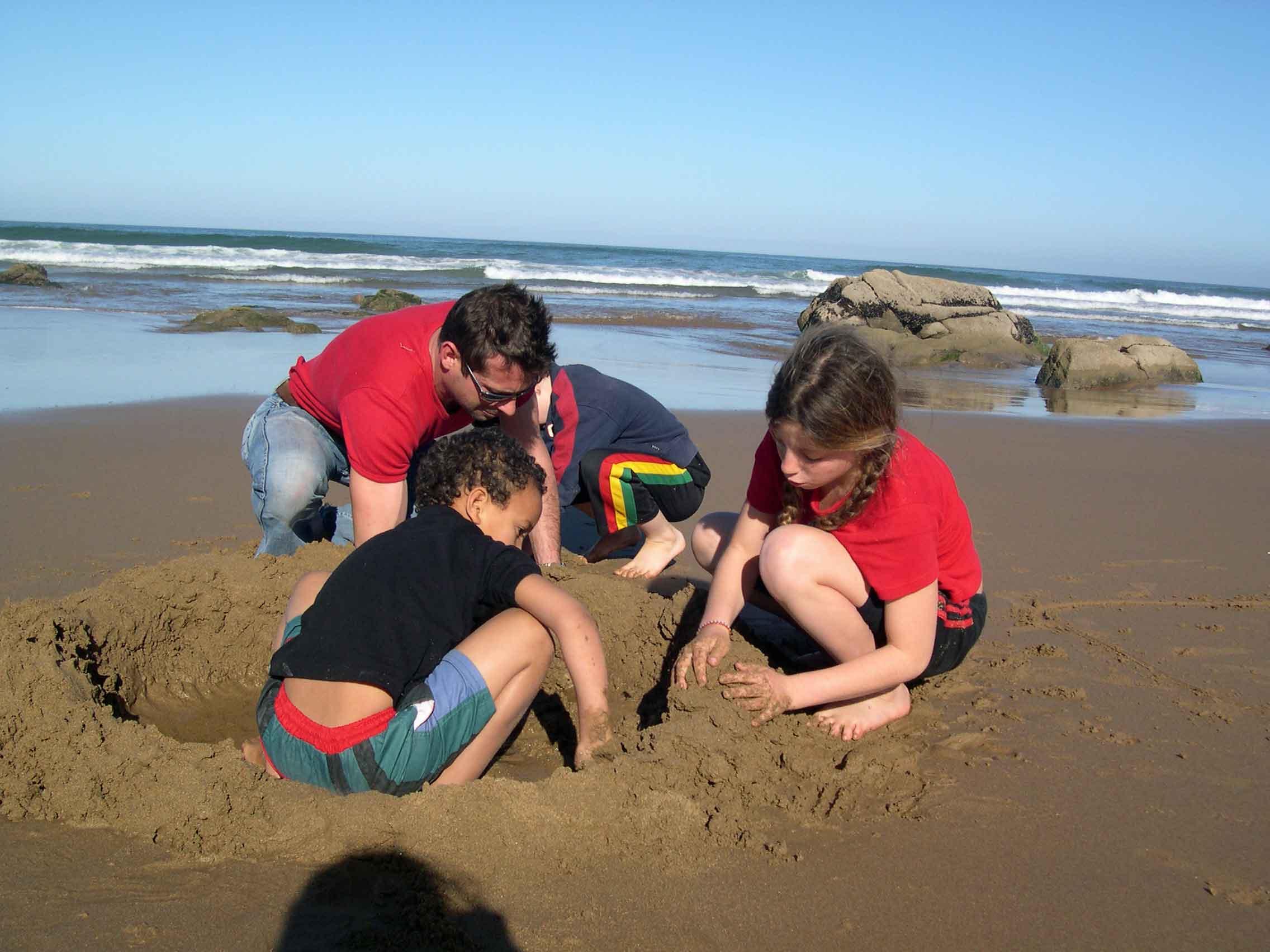 Château de sable avec les enfants