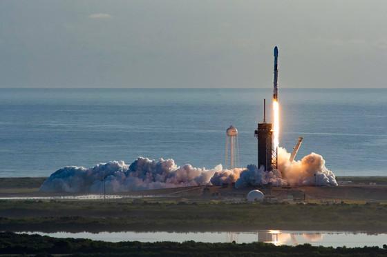 SpaceX successfully deploys 60 Starlink satellites despite engine failure