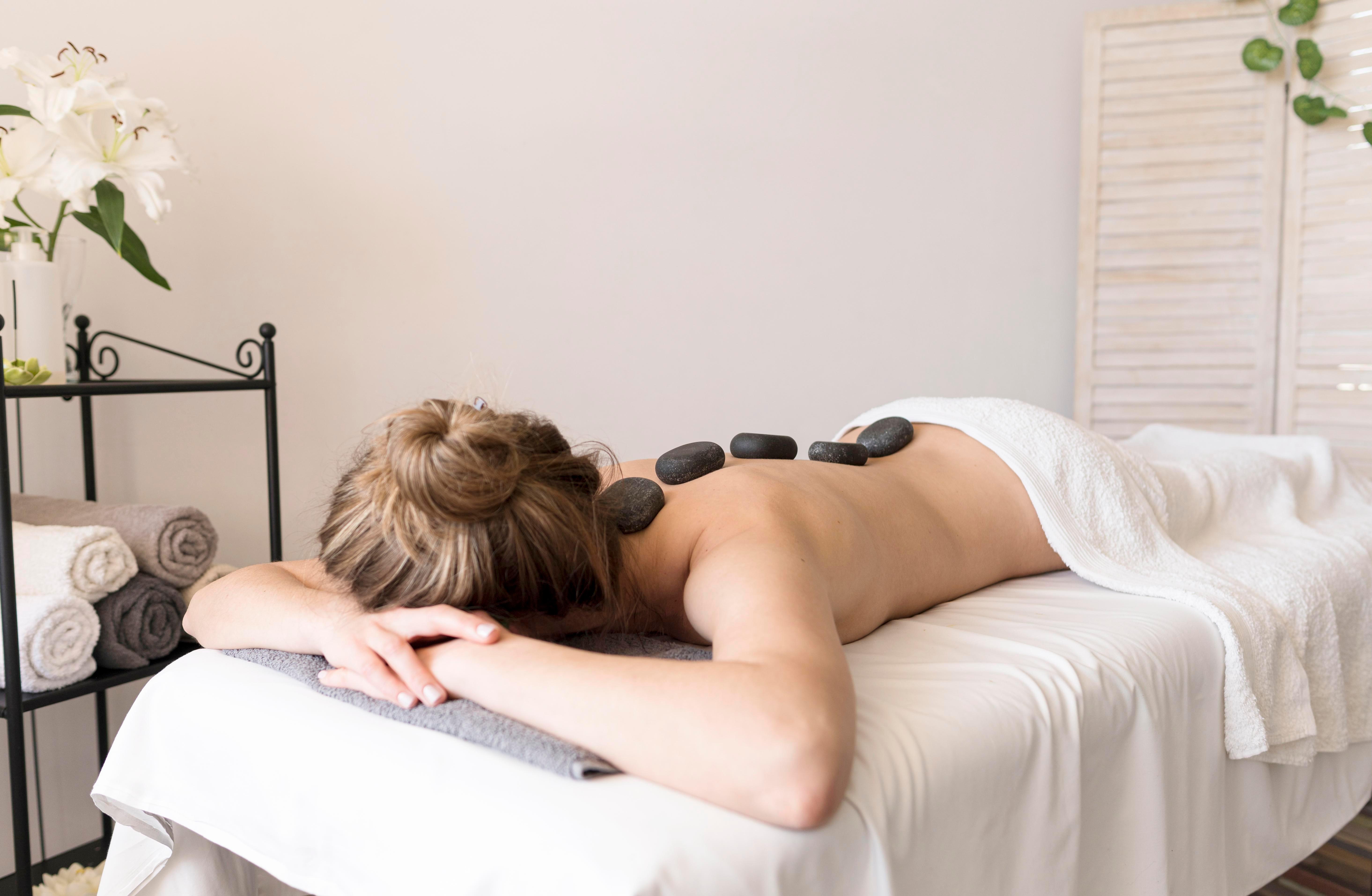 Sessão de massagem com pedras quentes