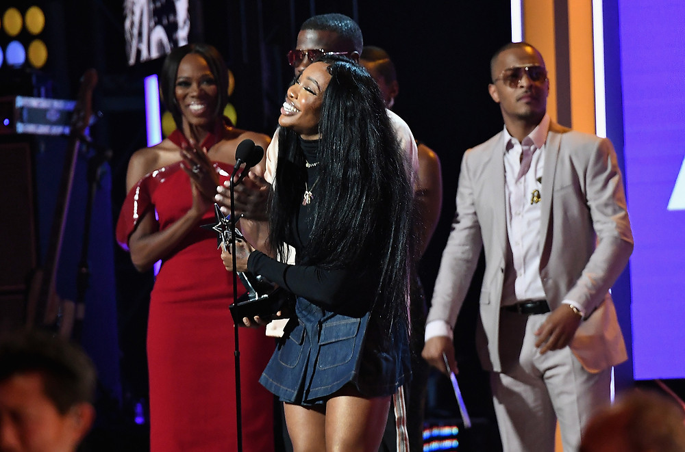 SZA wins BET award.