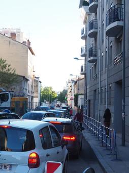 Villeurbanne travaux et affichages aléatoires rue Rollet, mettent en danger Cyclistes et passants