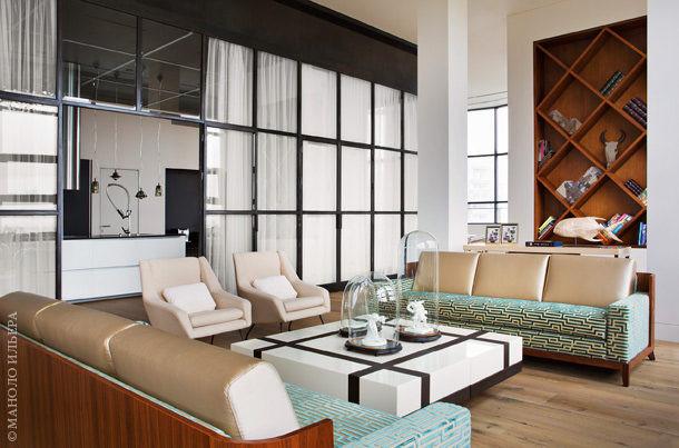 В гостиной винтажные кресла с парижского блошиного рынка и диваны по дизайну Кристиана Лиэгра для Holly Hunt. Столик, Andrew Martin.