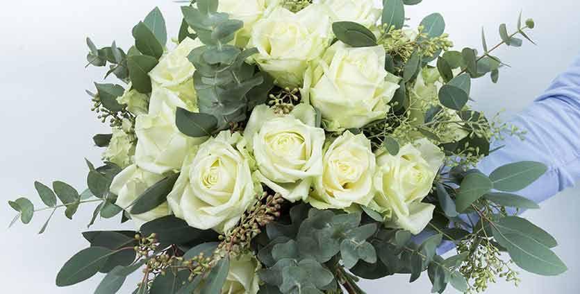 Un magnifique Bouquet de roses blanches + verdure +-60/70cm
