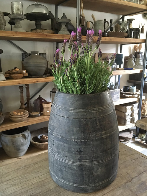Zwarte houten pot
