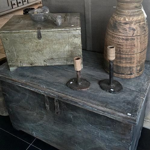 Twee kandelaars (hout/metaal)