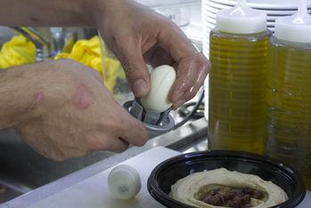 """""""דופק ביצה קשה במצח קולף אותה בוזק מלח"""""""