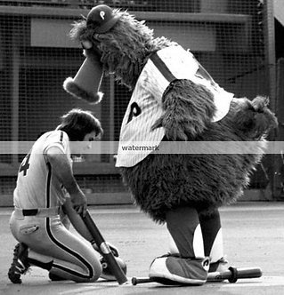 PETE ROSE 1980 PHILLIES PHOTO WITH THE PHILLIE PHANATIC