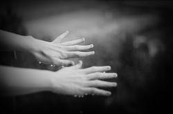 ruce_-_black_and_white_(vinětace)