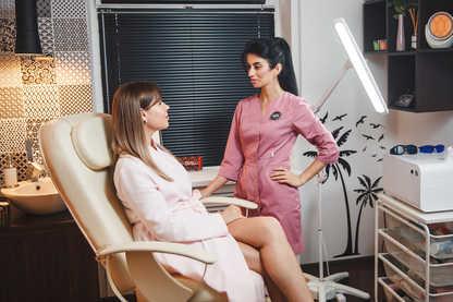 Процедура депиляции и удаления волос с помощью аппаратной лазерной косметологии