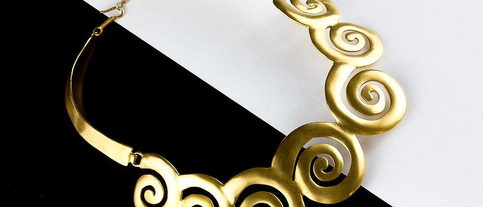 Collar dorado solido espirales